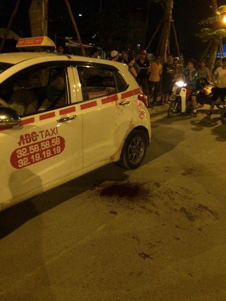 Nam thanh nien cua co tai xe taxi khi xe moi di duoc mot doan ngan - Anh 2