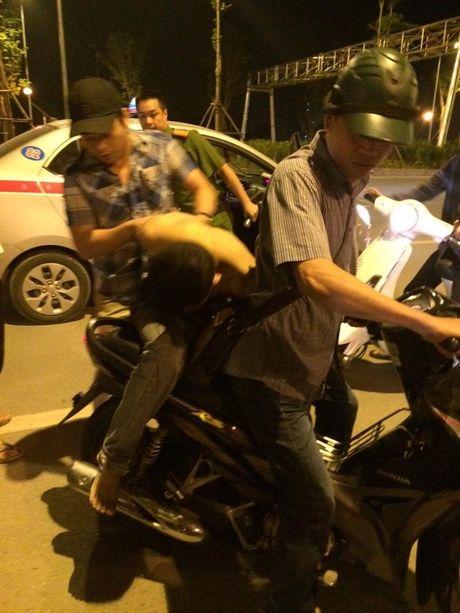 Nam thanh nien cua co tai xe taxi khi xe moi di duoc mot doan ngan - Anh 3