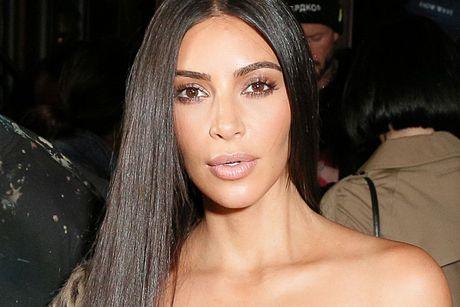 Suyt bi cuop cuong buc va doat mang, Kim Kardashian the bo han thoi khoe cua - Anh 1