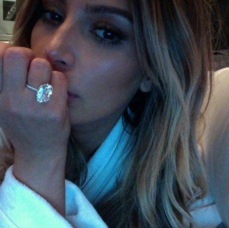 Suyt bi cuop cuong buc va doat mang, Kim Kardashian the bo han thoi khoe cua - Anh 3
