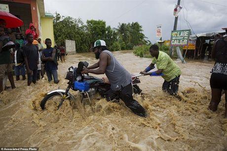 Nhung hinh anh tang thuong o Haiti sau khi sieu bao quet qua khien hon 300 nguoi chet - Anh 6