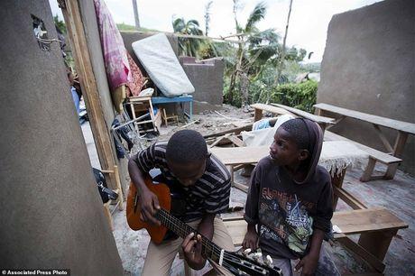 Nhung hinh anh tang thuong o Haiti sau khi sieu bao quet qua khien hon 300 nguoi chet - Anh 7