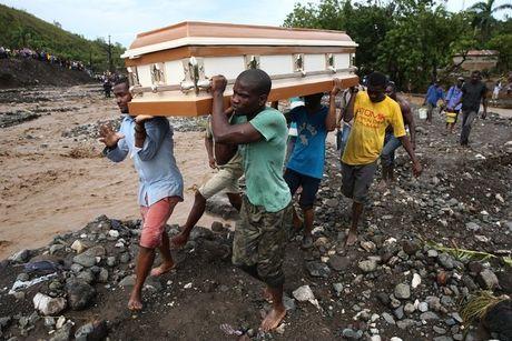 Nhung hinh anh tang thuong o Haiti sau khi sieu bao quet qua khien hon 300 nguoi chet - Anh 8