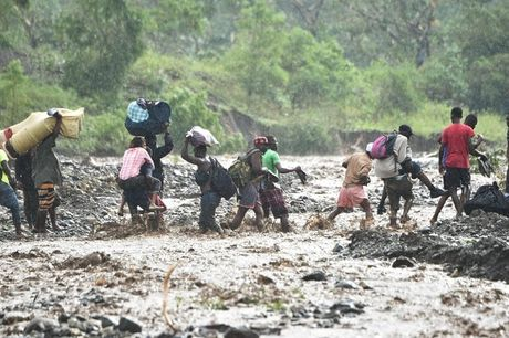 Nhung hinh anh tang thuong o Haiti sau khi sieu bao quet qua khien hon 300 nguoi chet - Anh 9