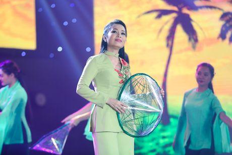 Tran Thanh om ap Hari Won tren san khau - Anh 7