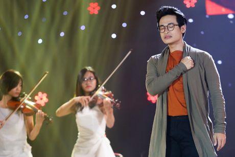 Tran Thanh om ap Hari Won tren san khau - Anh 9