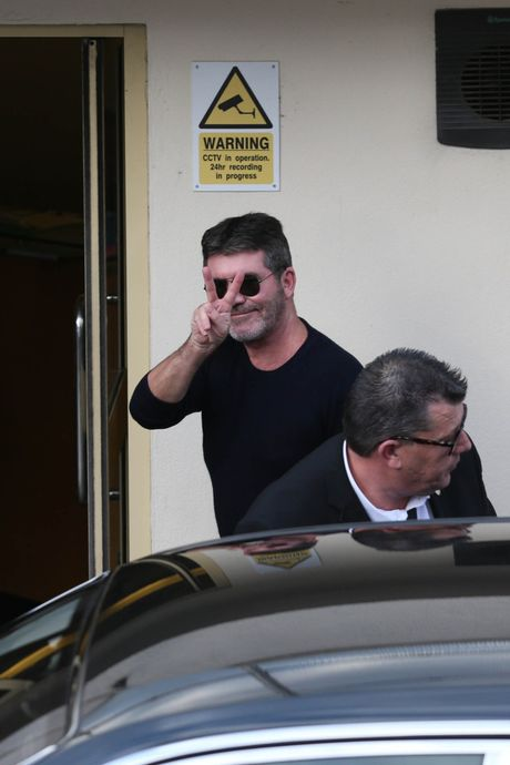 Simon Cowell bi ban gai quat mang o truong quay - Anh 6