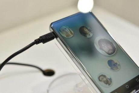 Sharp trinh lang ban concept smartphone Sharp Corner R: man hinh cong khong vien 5.2 inch - Anh 2