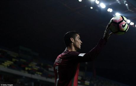 Ronaldo thiet lap nhung cot moc khung sau cu poker vao luoi Andorra - Anh 2