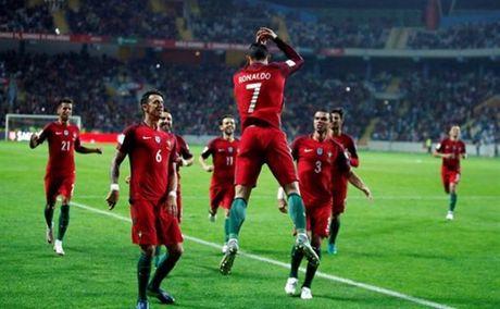 Ronaldo thiet lap hang loat cot moc khung voi cu poker vao luoi Andorra - Anh 1