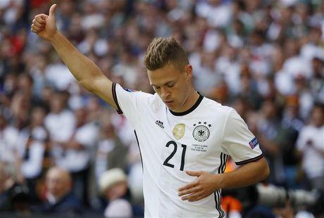 Joachim Loew hao hung voi tai nang tre Bayern - Anh 1