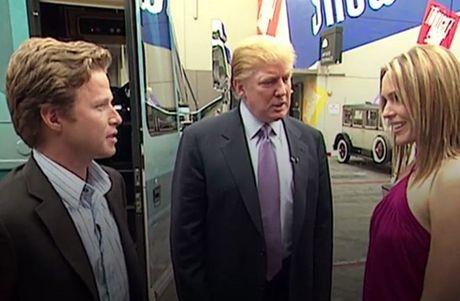 Xuat hien video ong Trump khoe thoai mai sam so phu nu - Anh 1