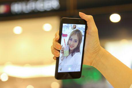 Ngam nguoi dep 'toa nang' cung smartphone Coolpad Roar 3 - Anh 10