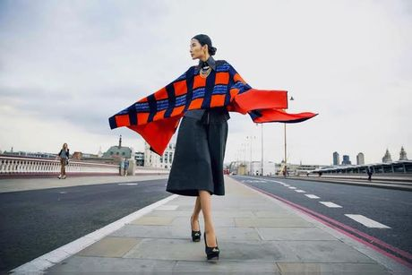 Hoang Thuy khoe style 'chat lu' tren duong pho London - Anh 2