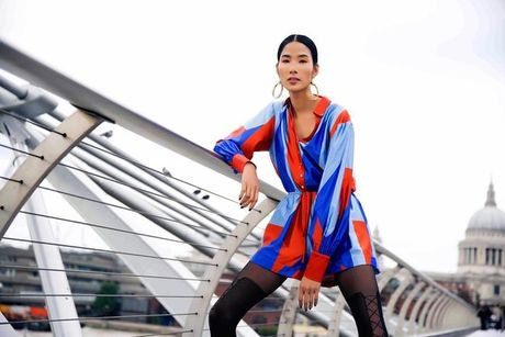 Hoang Thuy khoe style 'chat lu' tren duong pho London - Anh 5