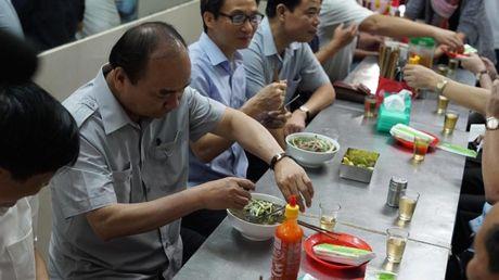 Thu tuong khong nhan 'qua bieu' cua chu tiem cha gio - Anh 4