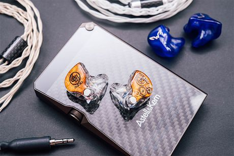 64 Audio My ra mat 2 mau in-ear dat nhat the gioi, toi 95 trieu dong - Anh 1