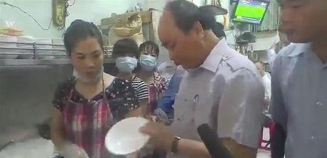Thu tuong Nguyen Xuan Phuc an pho, uong ca phe da tai quan binh dan o Sai Gon - Anh 1