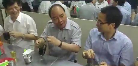 Thu tuong Nguyen Xuan Phuc an pho, uong ca phe da tai quan binh dan o Sai Gon - Anh 2