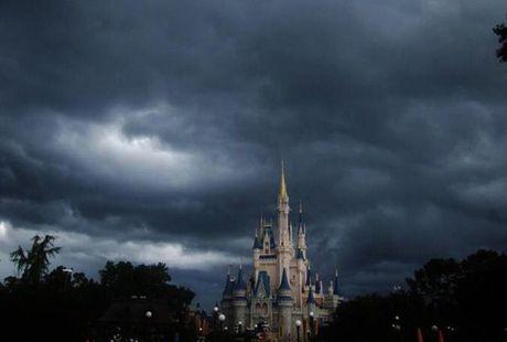 Cong vien Disney World dong cua lan dau tien sau 11 nam boi sieu bao mat quy Matthew do bo vao Florida - Anh 2