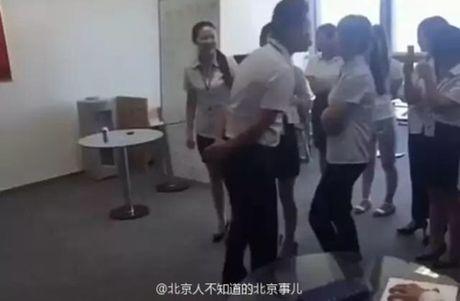 Quy dinh gay soc: Moi sang nu nhan vien phai xep hang cho Giam doc di hon tung nguoi - Anh 1
