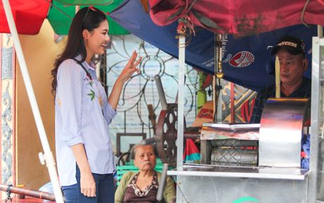 A hau Thanh Tu uong nuoc mia tren via he Sai Gon - Anh 1