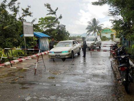 Tan cong don canh sat bien phong o Myanmar, 9 nguoi thiet mang - Anh 1