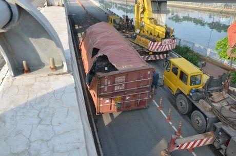 Xe dau keo roi thung container khu vuc cau Nguyen Van Cu - Anh 1