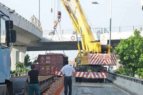 Xe dau keo roi thung container khu vuc cau Nguyen Van Cu - Anh 3
