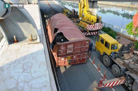 Gan 8 gio giai cuu container bi lat tai trung tam Sai Gon - Anh 4