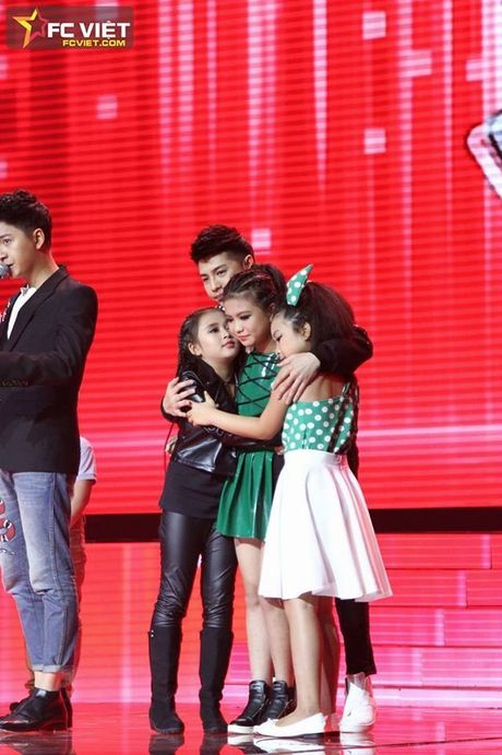 Liveshow 4 'The Voice Kids': Chiara, Bang Giang 'nam tay' nhau ra ve trong tiec nuoi - Anh 22
