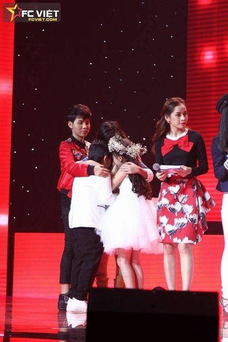 Liveshow 4 'The Voice Kids': Chiara, Bang Giang 'nam tay' nhau ra ve trong tiec nuoi - Anh 23