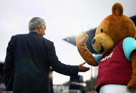 Nhung hinh anh vui nhon giua huan luyen vien va linh vat o Premier League - Anh 12