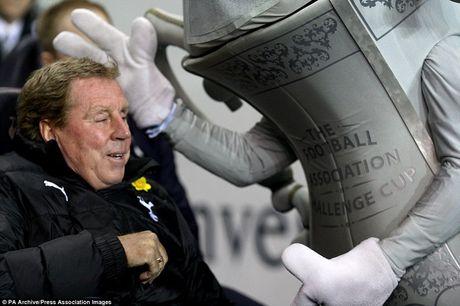 Nhung hinh anh vui nhon giua huan luyen vien va linh vat o Premier League - Anh 13