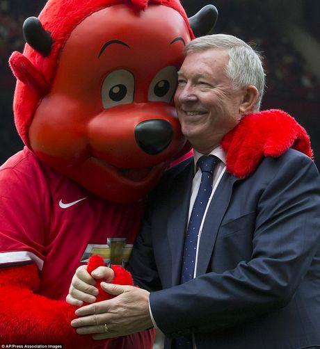 Nhung hinh anh vui nhon giua huan luyen vien va linh vat o Premier League - Anh 1
