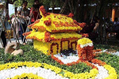 Van nguoi tray hoi hoa cuc chua Ba Vang - Anh 3