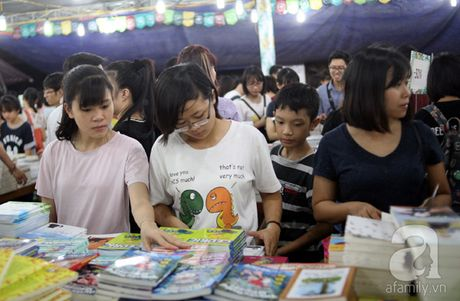 Nguoi dan Ha Noi chen chan mua sach giam gia 2.000 dong trong dem - Anh 10