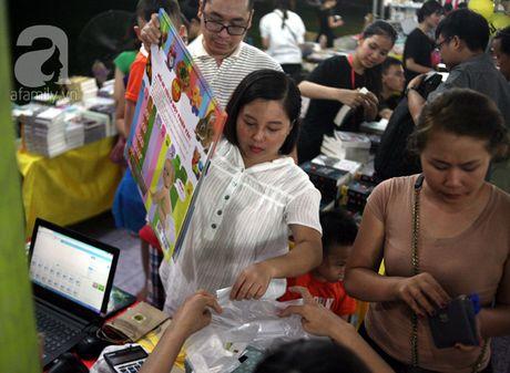 Nguoi dan Ha Noi chen chan mua sach giam gia 2.000 dong trong dem - Anh 13