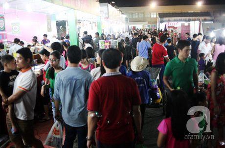 Nguoi dan Ha Noi chen chan mua sach giam gia 2.000 dong trong dem - Anh 1
