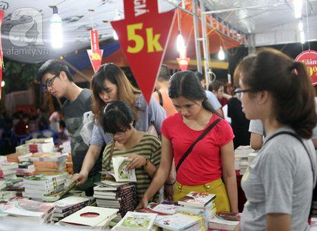 Nguoi dan Ha Noi chen chan mua sach giam gia 2.000 dong trong dem - Anh 4