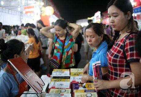 Nguoi dan Ha Noi chen chan mua sach giam gia 2.000 dong trong dem - Anh 5