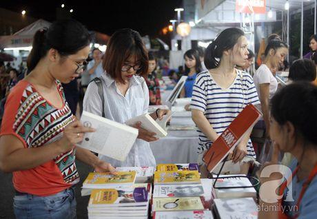 Nguoi dan Ha Noi chen chan mua sach giam gia 2.000 dong trong dem - Anh 6