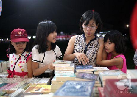 Nguoi dan Ha Noi chen chan mua sach giam gia 2.000 dong trong dem - Anh 7