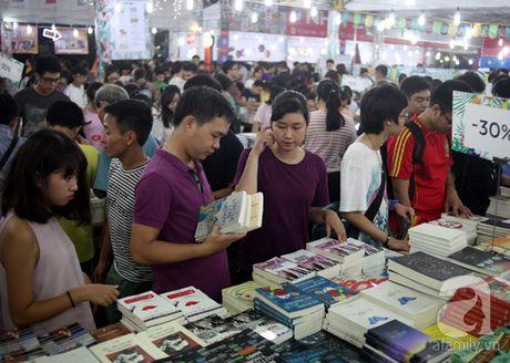 Nguoi dan Ha Noi chen chan mua sach giam gia 2.000 dong trong dem - Anh 8