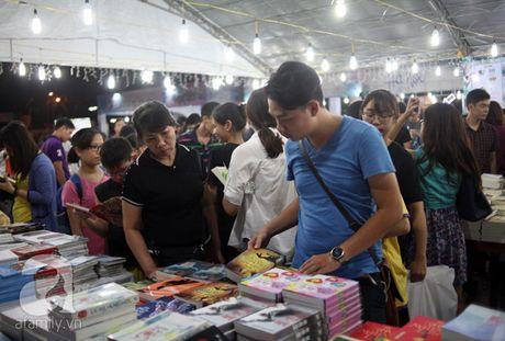 Nguoi dan Ha Noi chen chan mua sach giam gia 2.000 dong trong dem - Anh 9