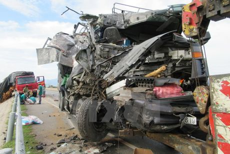 Xe tải nát đầu sau va chạm, phụ xe tử vong ngay trong buồng lái