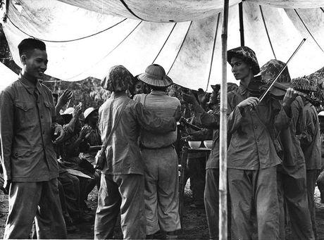 Can canh giay phut chuyen giao quyen luc o HN ngay 10/10/1954 - Anh 12