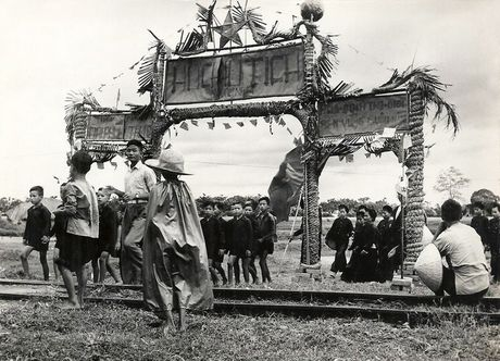 Can canh giay phut chuyen giao quyen luc o HN ngay 10/10/1954 - Anh 13