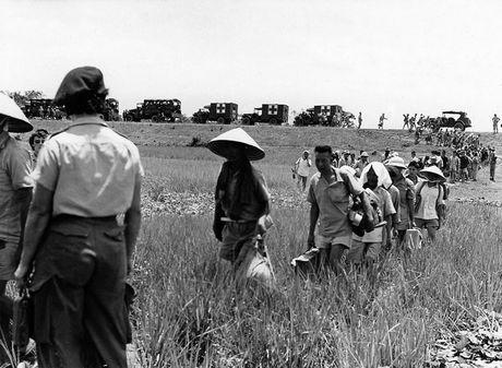 Can canh giay phut chuyen giao quyen luc o HN ngay 10/10/1954 - Anh 17