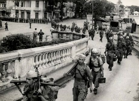 Can canh giay phut chuyen giao quyen luc o HN ngay 10/10/1954 - Anh 2